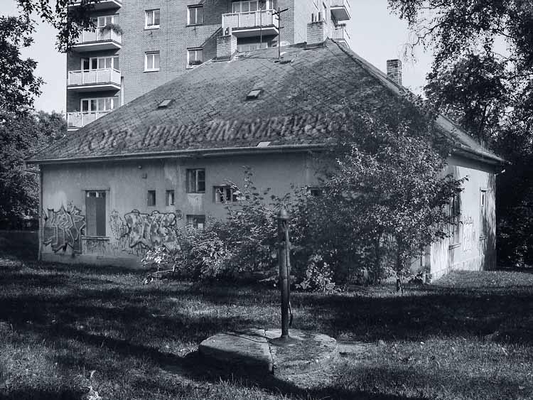 nevyfotografujete - historický domek u věžových domů