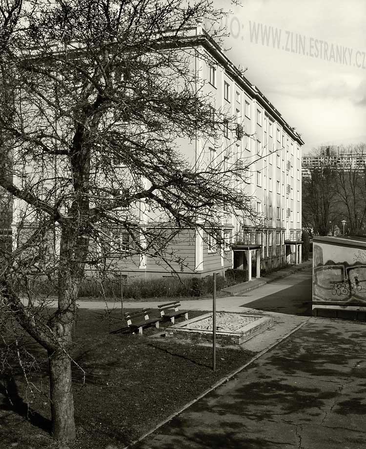 https://zlin.estranky.cz/img/original/890/1954---nabr.-pionyru--u-podjezdu----panel.-dum-g-40.jpg